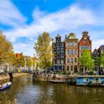 Ein sonniger Tag an einem Fluss in der Stadt Amsterdam