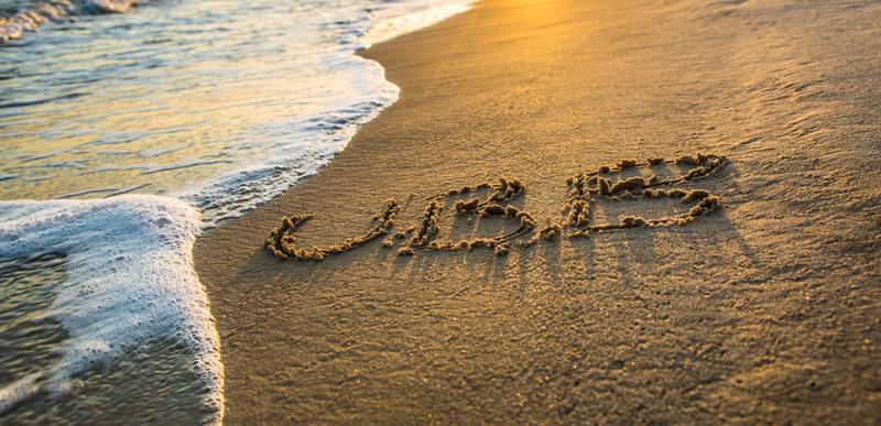 Schriftzug UBB im Strandsand geschrieben