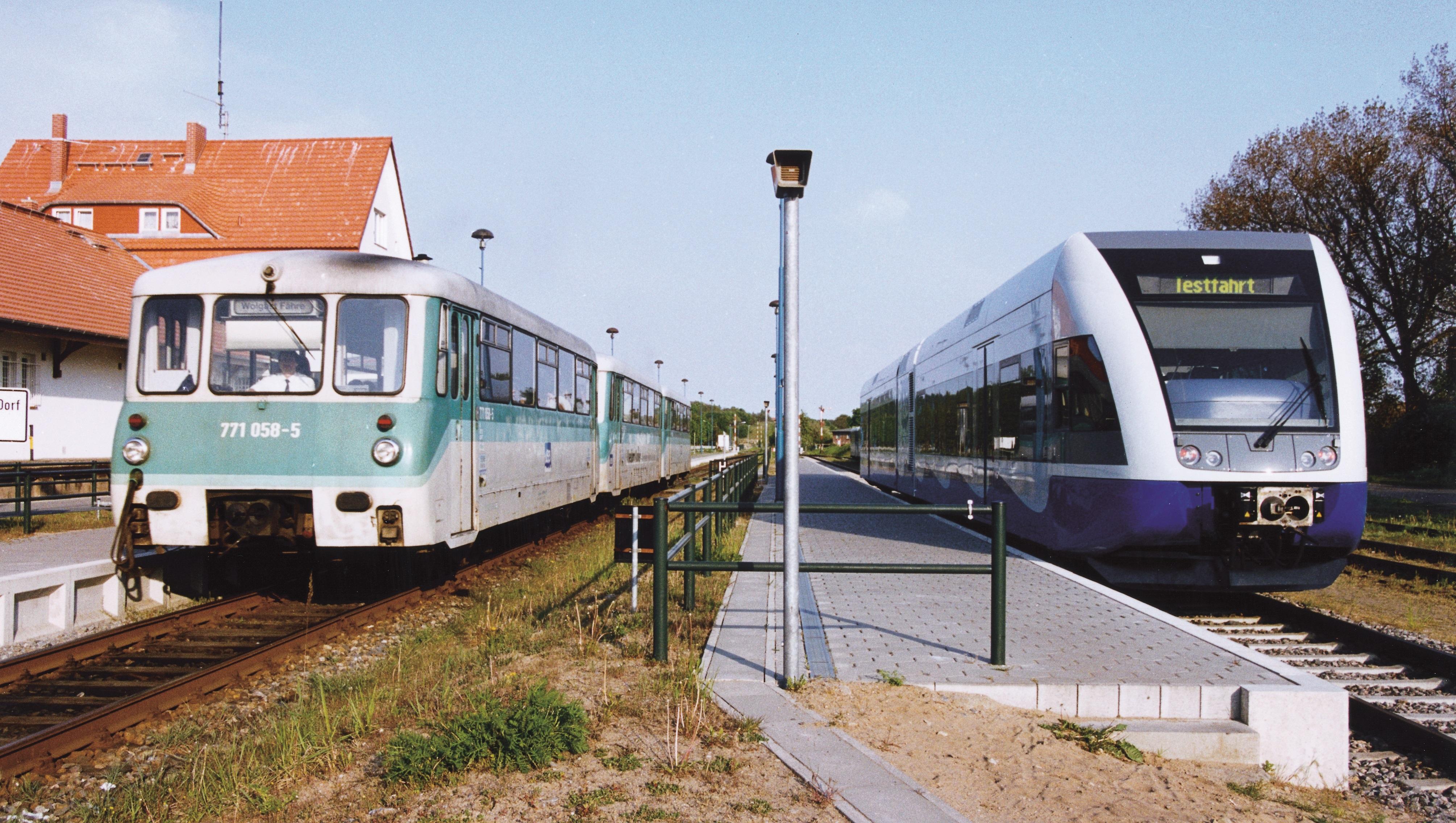 Zwei Züge stehen am Bahnhof in Zinnowitz