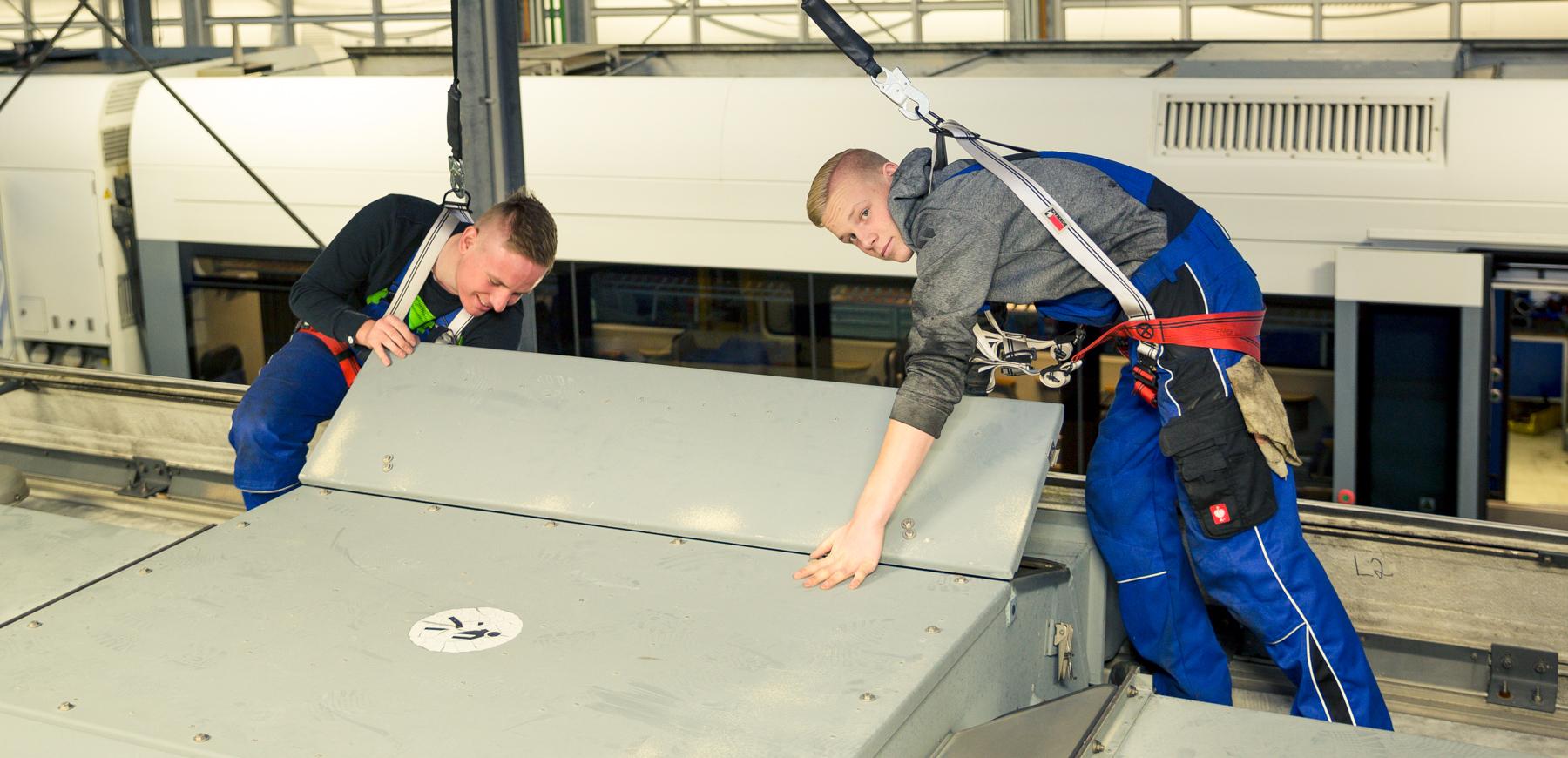 Azubis UBB Werkstatt arbeiten auf einem Triebwagen der UBB