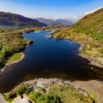 Wasser und grüne Hügel im Killarney National Park
