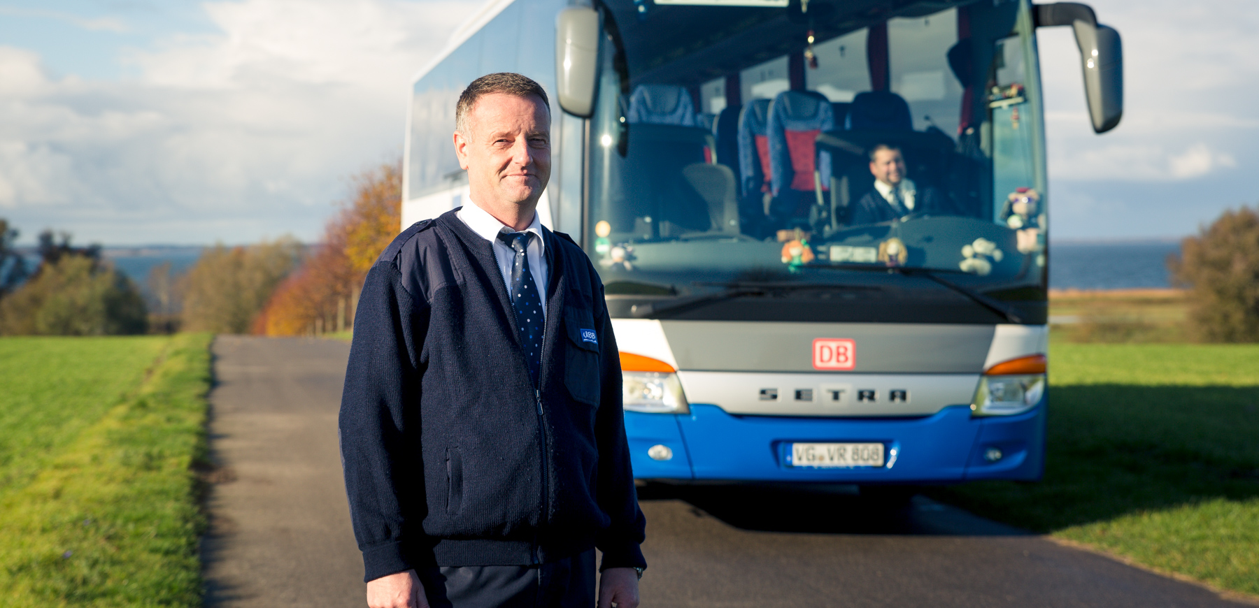 Fahrer steht vor UBB Bus