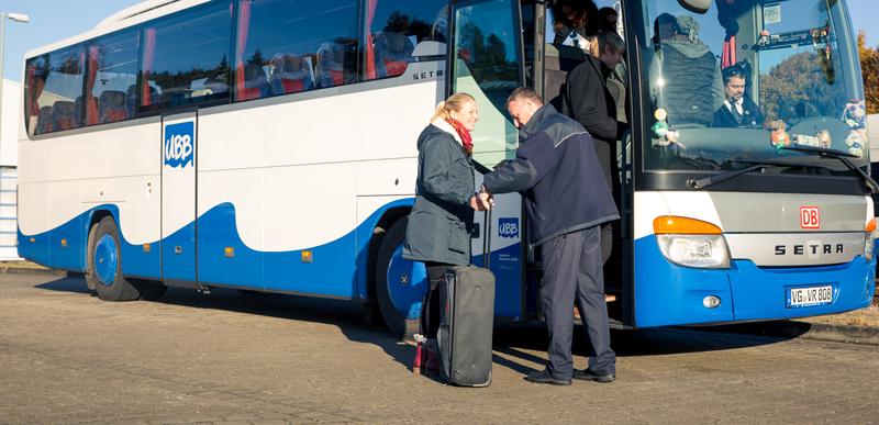UBB Fahrer hilft Fahrgast beim Einstieg in den Fernbus