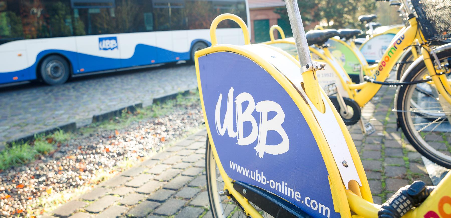 Fahrradständer mit Bus im Hintergrund