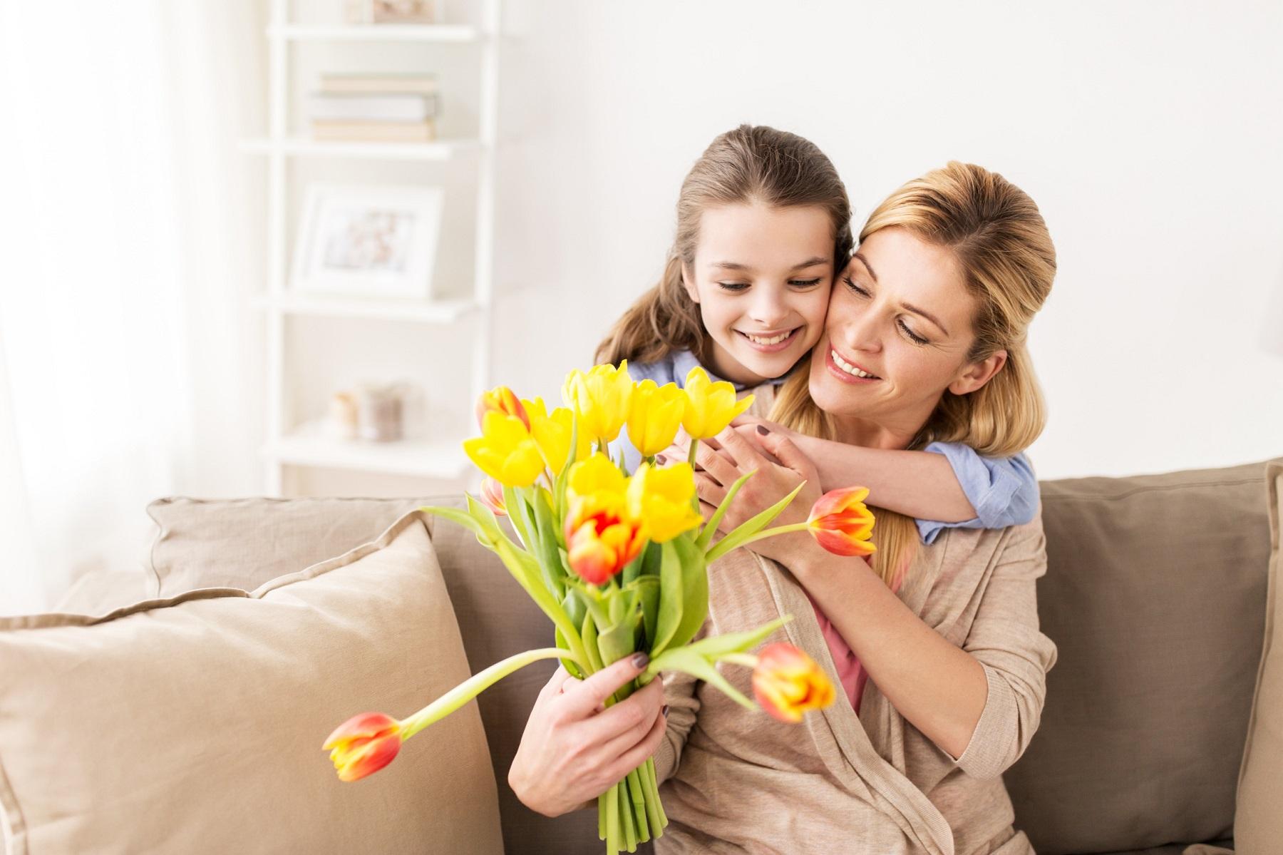 Tochter schenkt Mama Tulpen