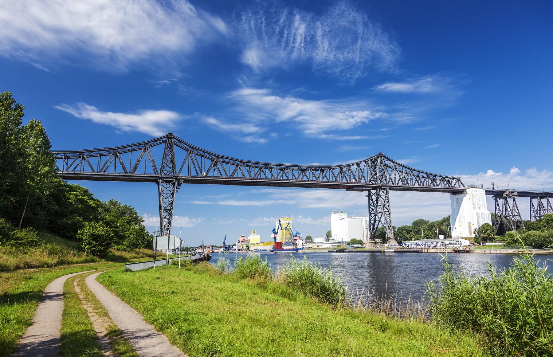 Die historische Eisenbahnhochbrücke bei Rendsburg über dem Nord-Ostsee-Kanal.