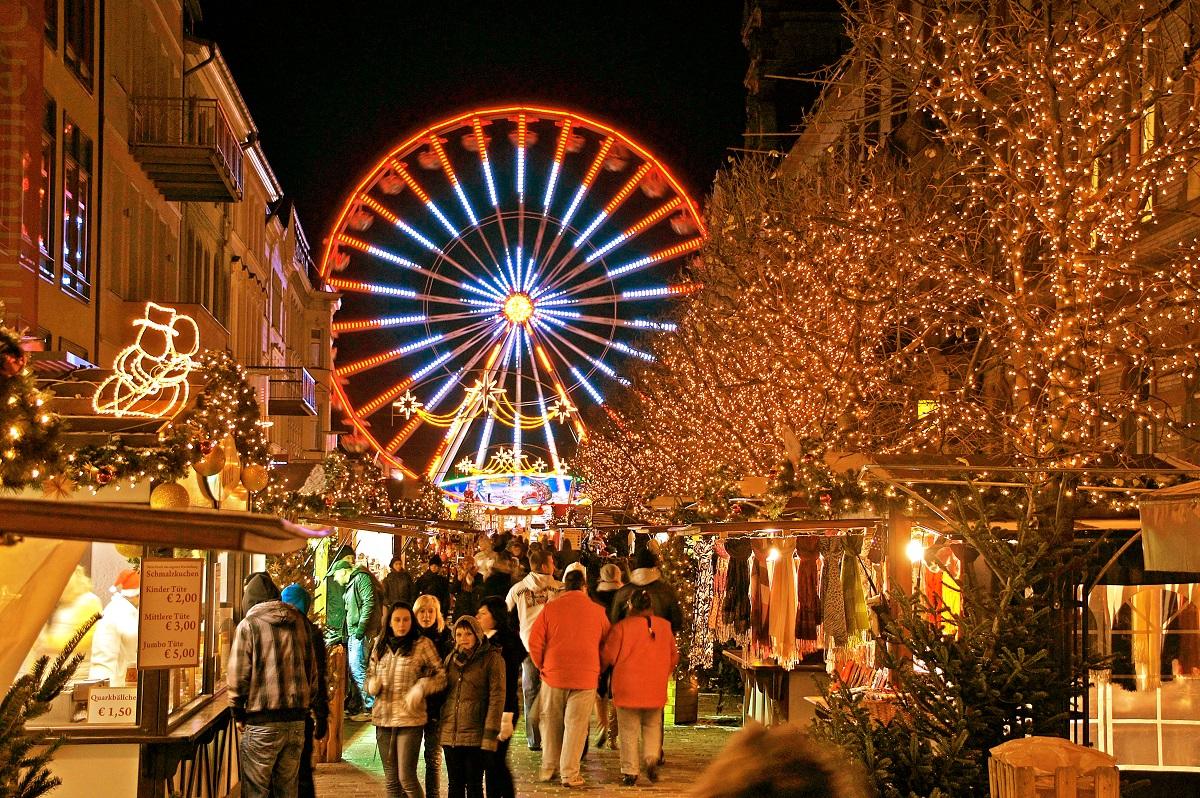 Riesenrad beleuchtet Weihnachtsmarkt Schwerin