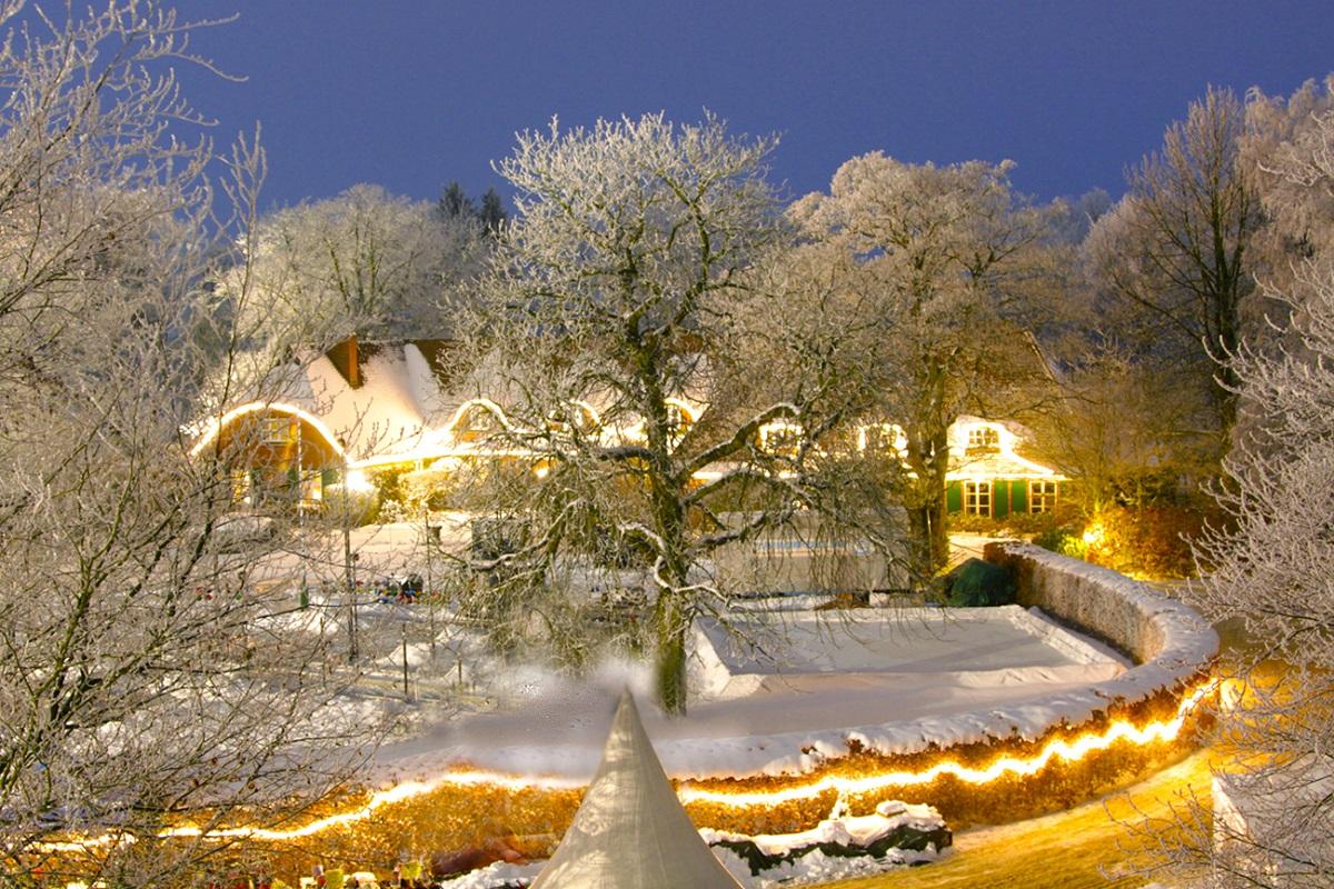 Weihnachtlich beleuchtetes Gut Basthorst