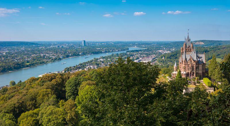 Panoramablick auf das Schloss Drachenburg