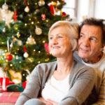 Paar vor einem Weihnachtsbaum