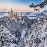 Schloss Neuschwanenstein in winterlicher Landschaft