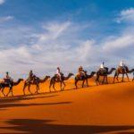 Karawane in den Dünen der Sahara bei Merzouga